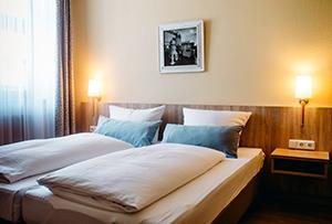 https://www.muellerbraeu.com/wp-content/uploads/muellerbraeu_hotel-2bett.jpg